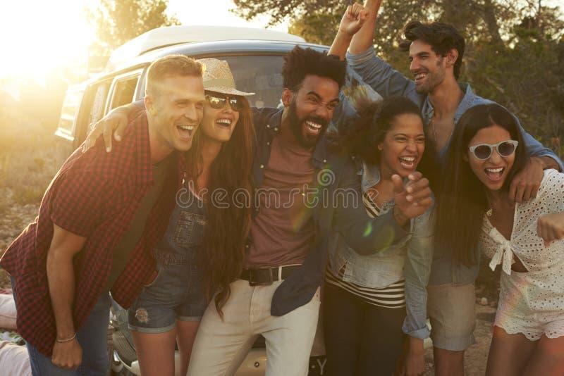 Raggruppi il colpo degli amici su un viaggio stradale che posa insieme fotografia stock