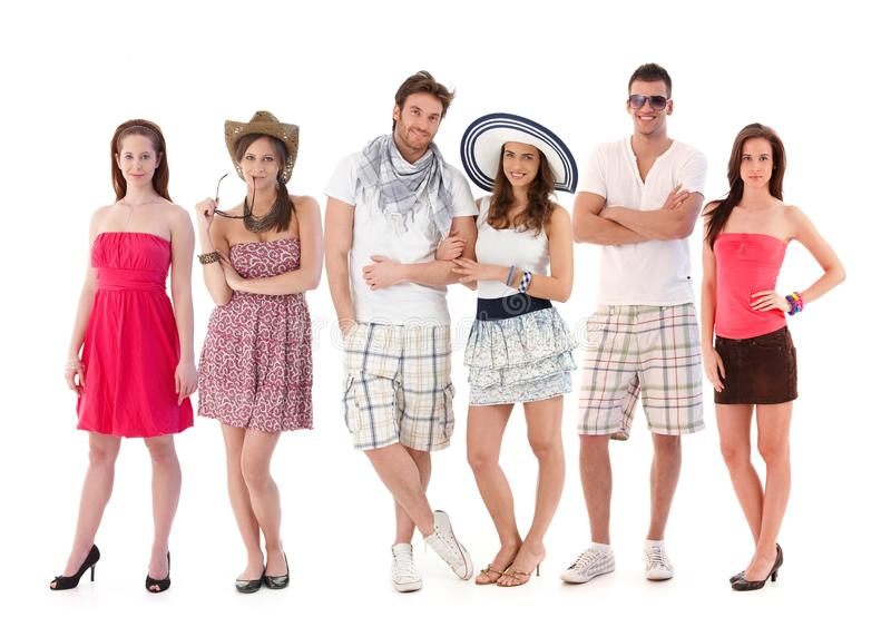 Raggruppi il ritratto dei giovani in vestiti di estate immagini stock libere da diritti