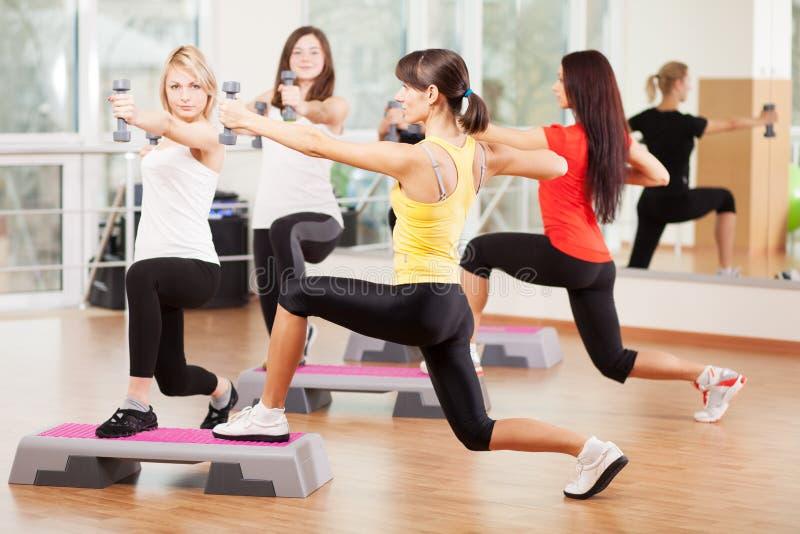 Raggruppi l'addestramento in un centro di forma fisica immagine stock libera da diritti