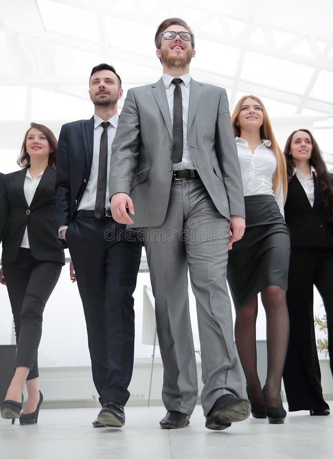 Raggruppi la foto un capo e un gruppo di gente di affari fotografia stock