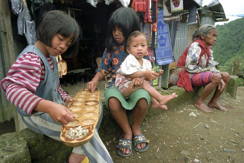 Raggruppi le ragazze e la nonna del ritratto in vestito tradizionale fotografia stock