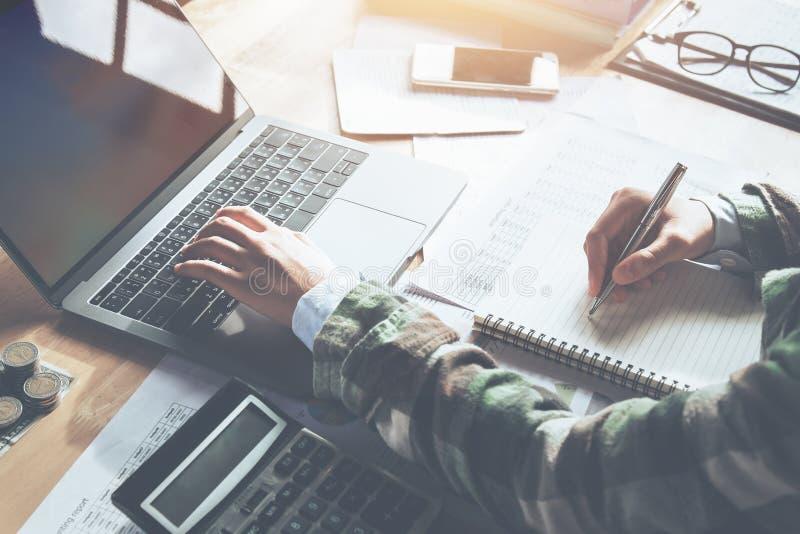ragioniere che analizza finanza sul computer portatile in ufficio accoun di concetto fotografie stock