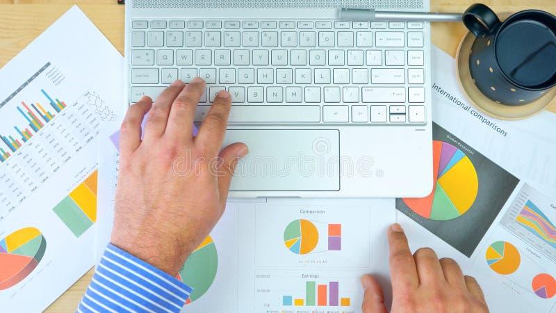 Ragioniere dell'uomo d'affari che lavora con i grafici ed il computer moderno del touch screen immagini stock libere da diritti