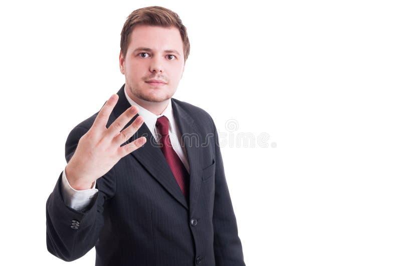 Ragioniere o uomo d'affari che mostra numero quattro con le dita fotografia stock