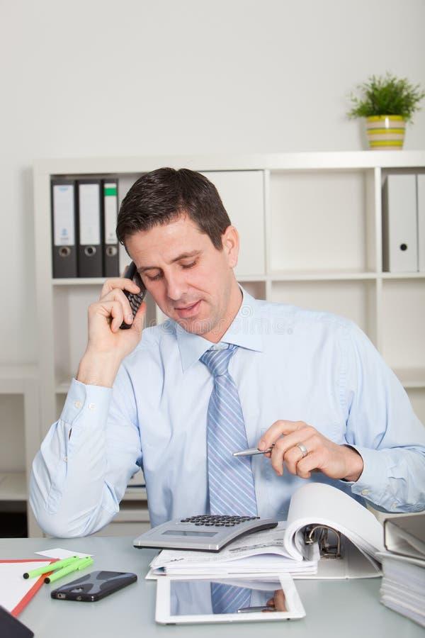 Ragioniere sicuro che parla sul telefono cellulare fotografia stock