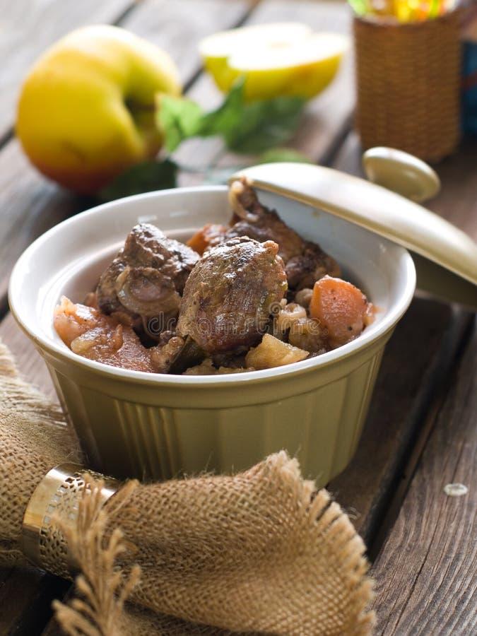 Ragoût avec les légumes et la pomme image stock