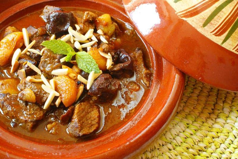 Ragoût de boeuf de Morrocan avec des plombs et des abricots secs photo libre de droits