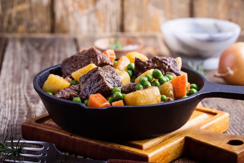 Ragoût de boeuf et de légume avec des pommes de terre photo stock