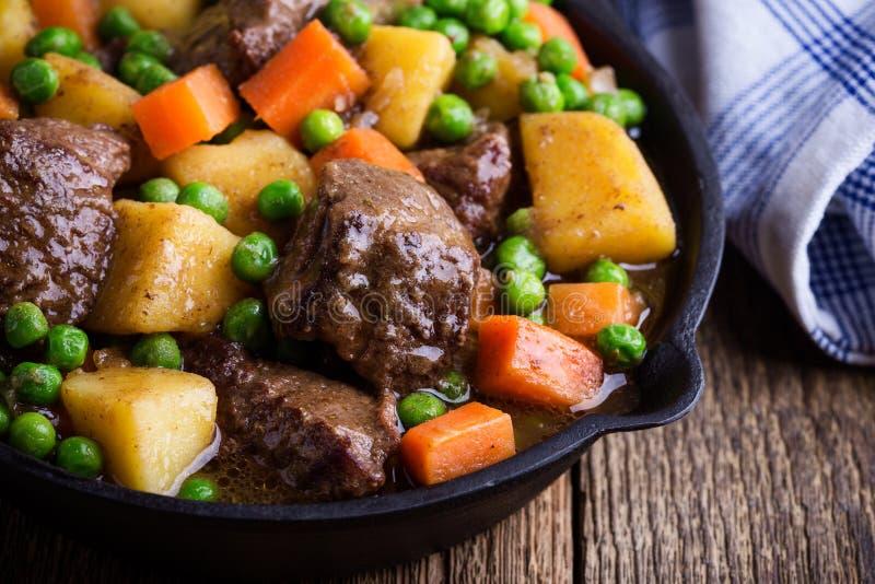 Ragoût de boeuf et de légume avec des pommes de terre photographie stock libre de droits