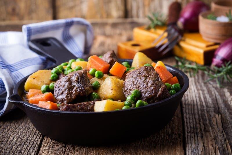 Ragoût de boeuf et de légume avec des pommes de terre image libre de droits