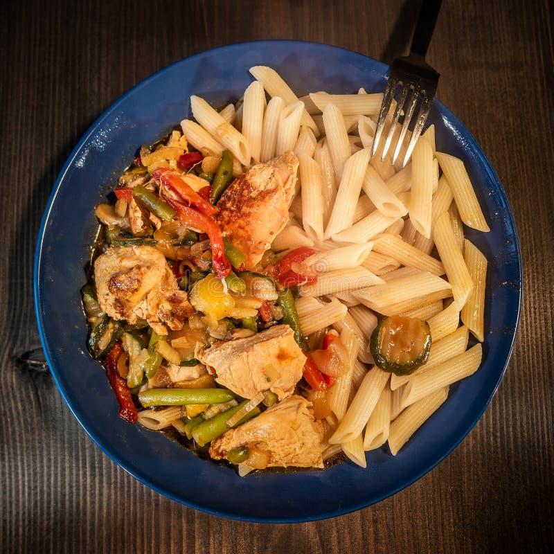 Ragoût de dinde fait maison traditionnel avec des légumes et des pâtes dans un plat à la table avec le fond noir, détails, plan r images libres de droits