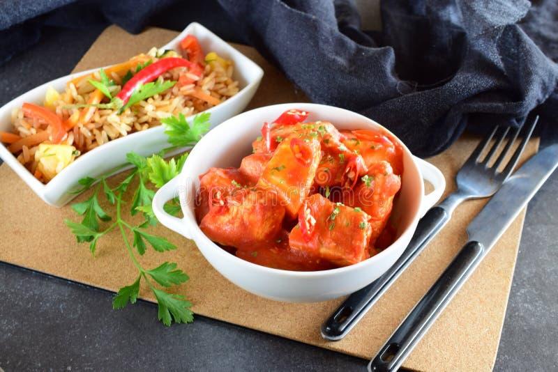Ragoût de poulet avec la sauce tomate d'ananas et de piment dans une cuvette blanche image stock