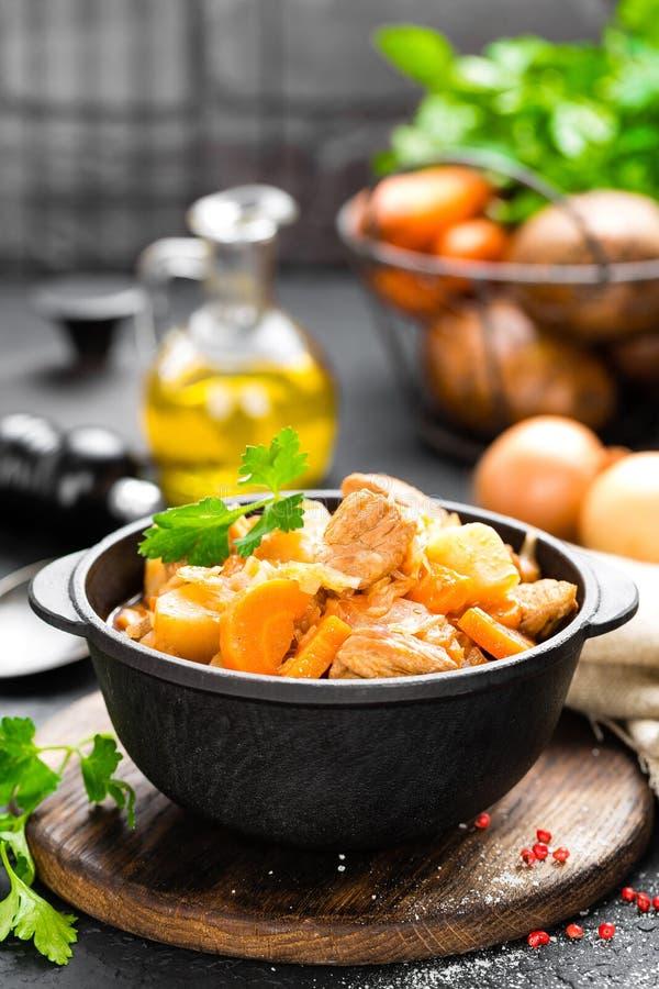 Ragoût de viande avec des légumes Viande braisée avec le chou, la carotte et la pomme de terre images libres de droits