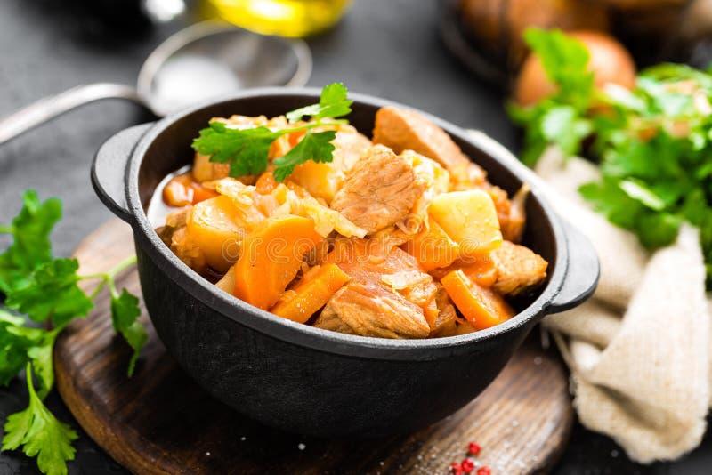 Ragoût de viande avec des légumes Viande braisée avec le chou, la carotte et la pomme de terre photos stock