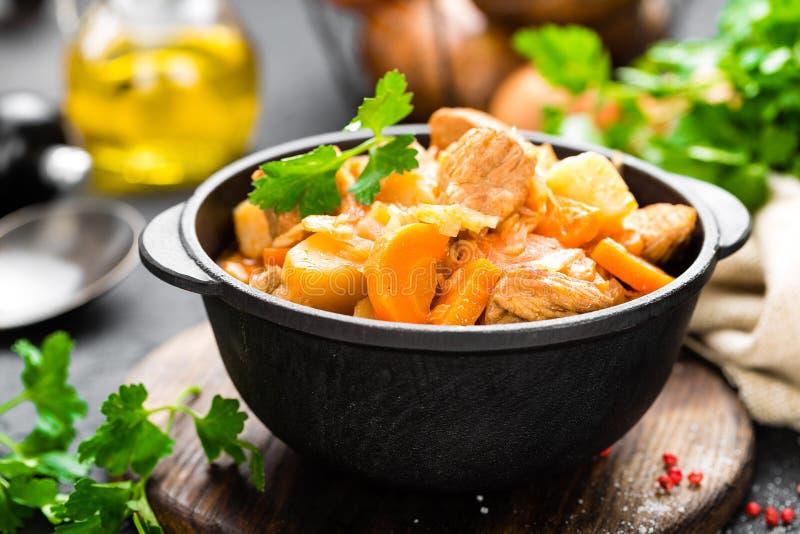 Ragoût de viande avec des légumes Viande braisée avec le chou, la carotte et la pomme de terre image libre de droits