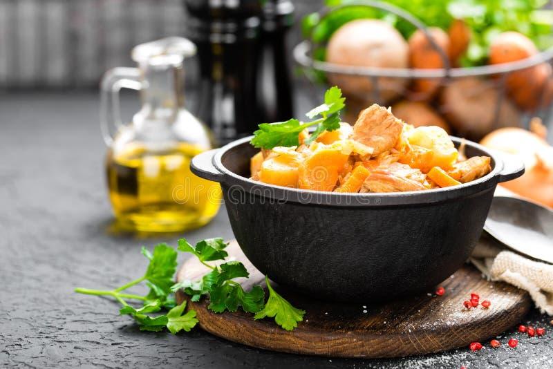 Ragoût de viande avec des légumes Viande braisée avec le chou, la carotte et la pomme de terre photos libres de droits