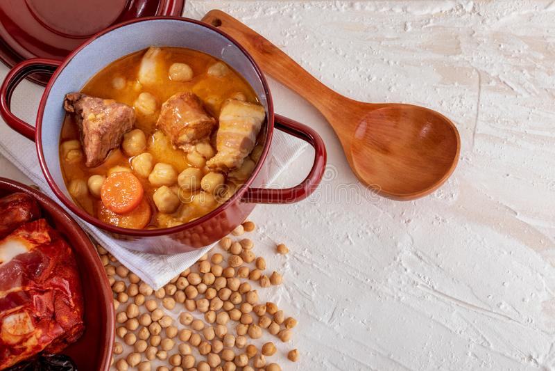Ragoût fait maison de Madrid de ragoût de pois chiche des pois chiches, de la viande et des légumes image libre de droits