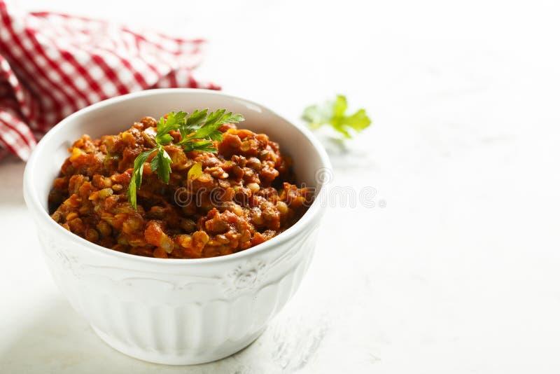 Ragoût fait maison de tomate de lentille avec le persil frais photos stock