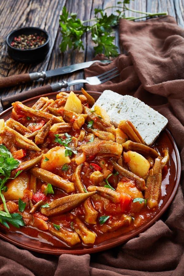 Ragoût grec de gombo avec la pomme de terre et les tomates photos stock