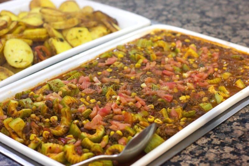 Ragoût végétal avec les haricots rouges sur un plat blanc dans un restaurant images libres de droits