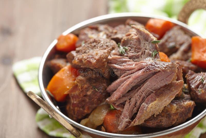 Ragoût de boeuf irlandais fait maison avec des carottes images stock