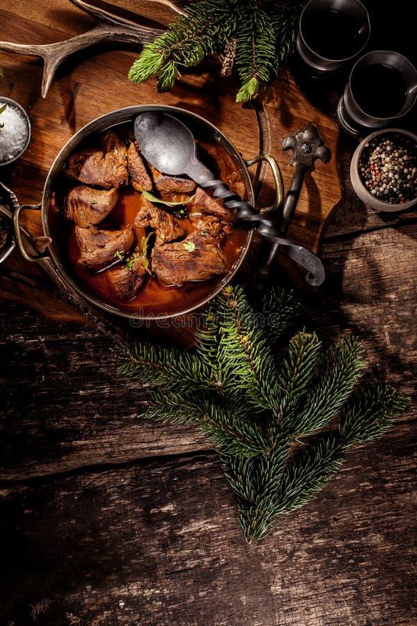 Ragoût de goulache de venaison dans le pot avec la cuillère de portion photo libre de droits