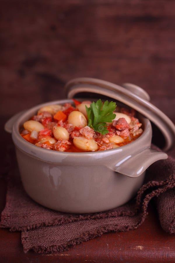 Ragoût de haricot avec de la viande et des légumes photographie stock