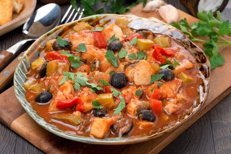 Ragoût de poissons avec des olives en sauce tomate d'un plat images libres de droits