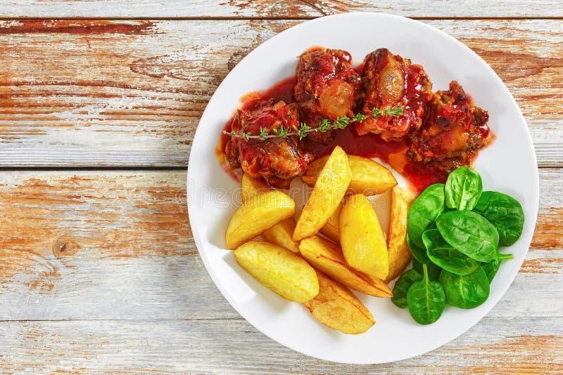 Ragoût de queue de boeuf en sauce tomate de vin rouge photos libres de droits