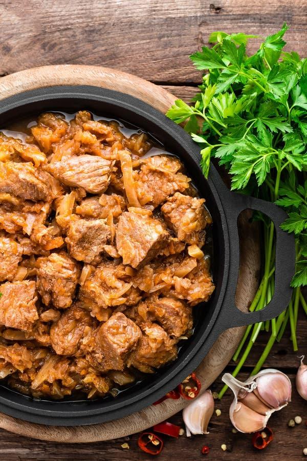 Ragoût de viande avec le chou images stock