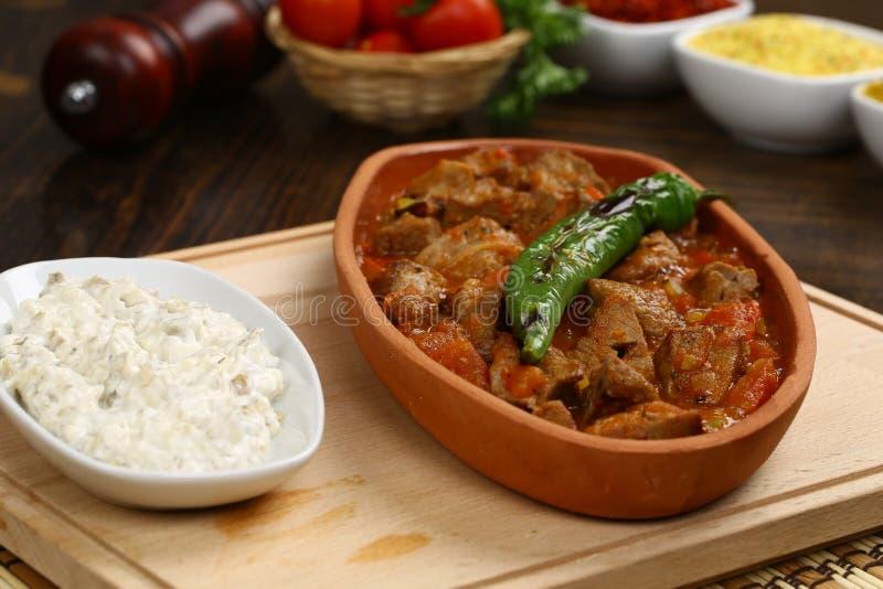 Ragoût de viande dans le pot en céramique image stock