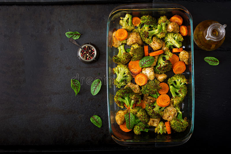 Ragoût des légumes et du filet cuits au four de poulet Nourriture saine images libres de droits