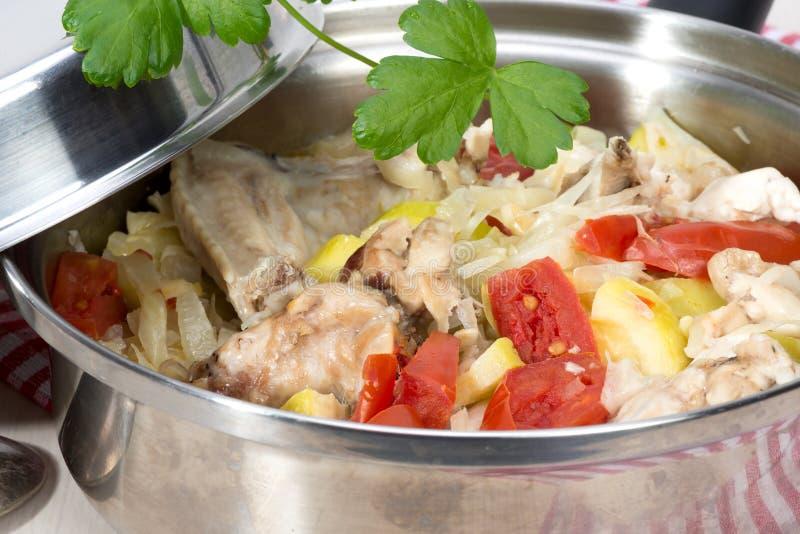 Ragout овощей с цыпленком сварил в своем собственном соке стоковое изображение