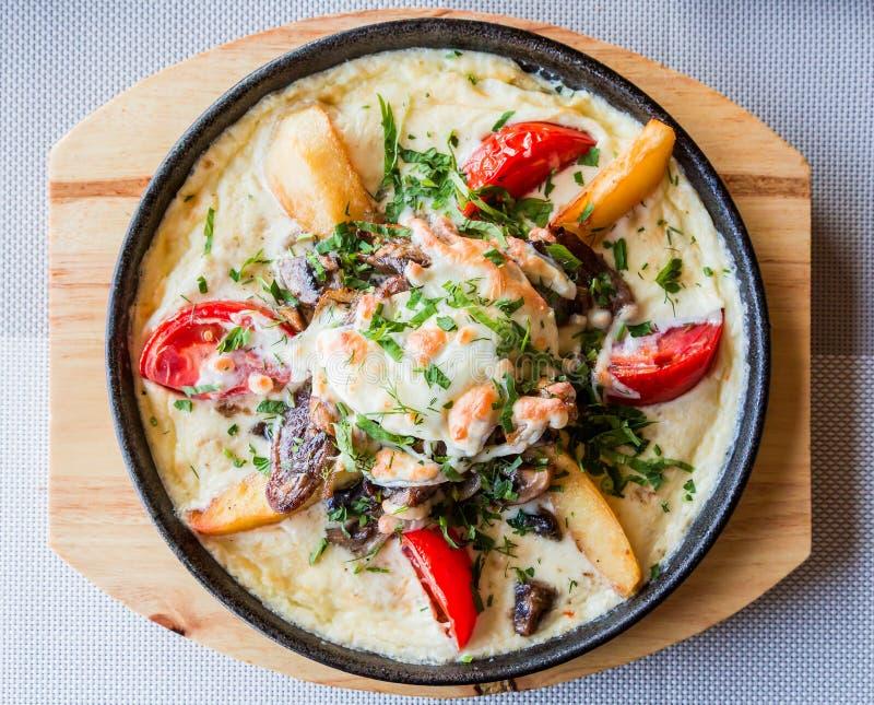 Ragu av tungan, champinjoner och potatisar i gräddostsås med tomater och örter Sköta om restaurangen fotografering för bildbyråer