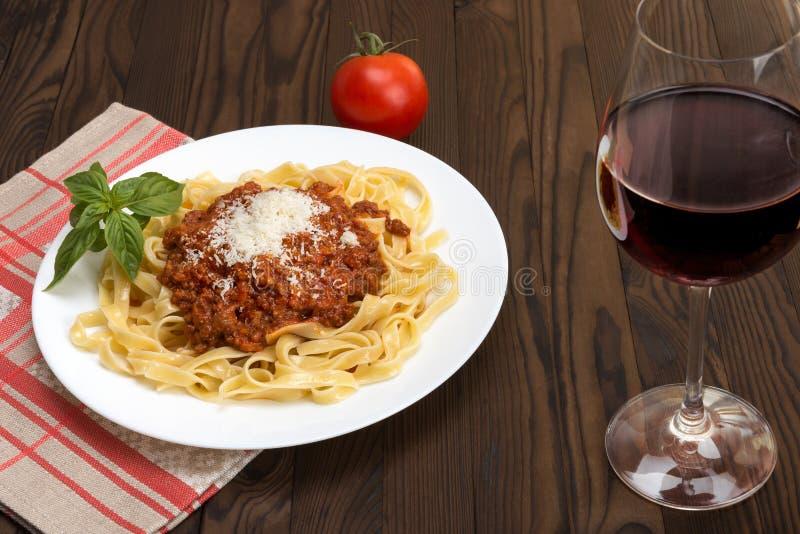 Ragu Bolognese al Tagliatelle и вино Chianti стоковые изображения rf