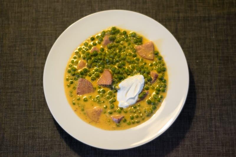 Ragu för grönsak för fozelek för gröna ärtor tjock med kött och gräddfil, ungersk kokkonst arkivfoton