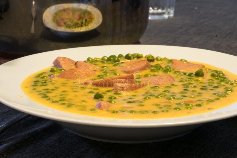 Ragu för grönsak för fozelek för gröna ärtor tjock med kött, ungersk kokkonst arkivfoto