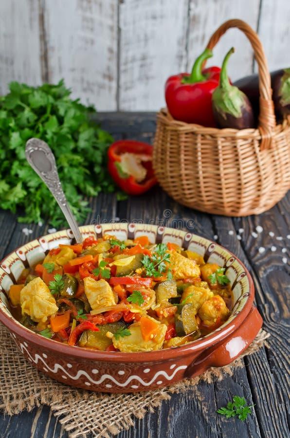 Ragu med höna och grönsaker arkivbild