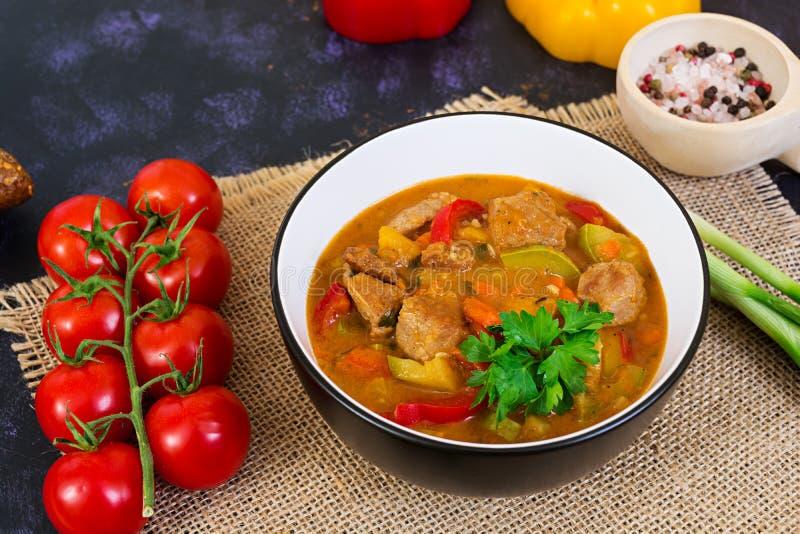 Ragu med kött och grönsaker i tomatsås på mörk bakgrund royaltyfria foton