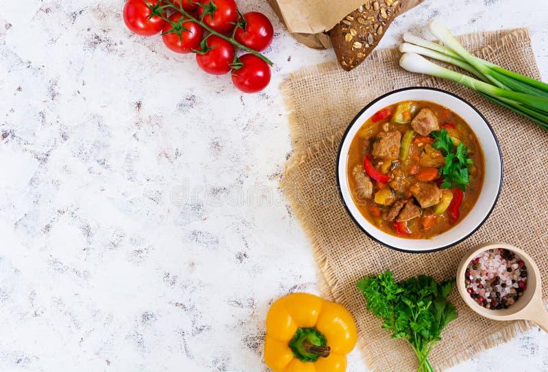 Ragu med kött och grönsaker i tomatsås på vit bakgrund Top besk?dar royaltyfri fotografi