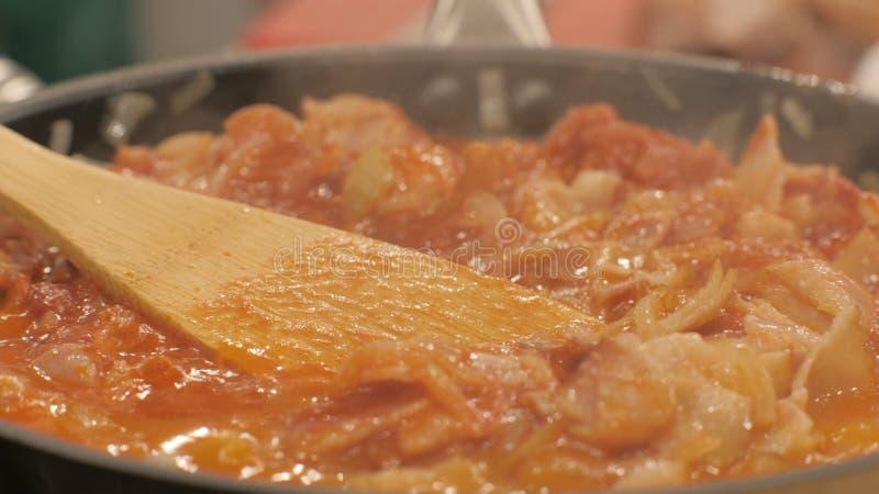 Ragukött och grönsaker som kokar i stekpannaslut upp Kulinariskt begrepp arkivfoto