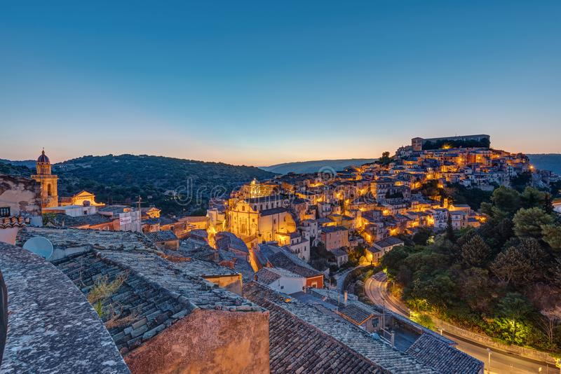 Ragusa Ibla in Sicilië vlak vóór zonsopgang stock foto