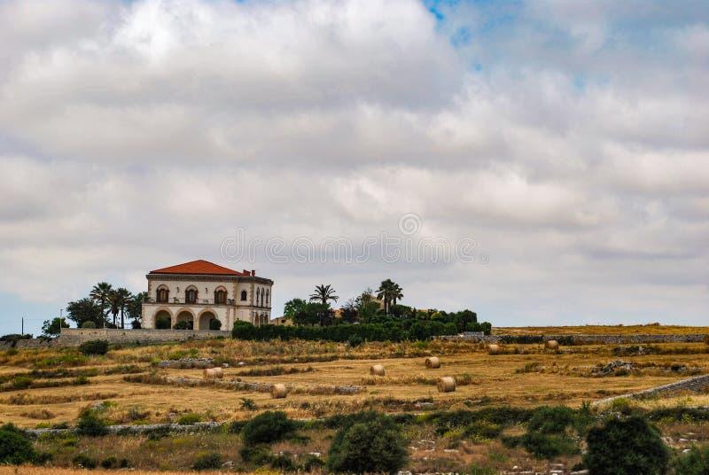 Ragusa, Italia - 2 de junio de 2010: Chalet rural en el campo de Ragusa sicilia imagenes de archivo