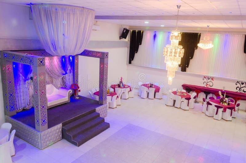 Rahat, Negev, Израиль - 26-ое августа, дизайн залы свадьбы в белых и малиновых цветах - сцена, 2015 стоковое фото rf