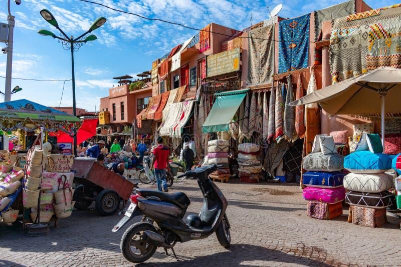 Rahba Lakdima o el cuadrado de la especia en Marrakesh Marruecos con una bici y los objetos en venta foto de archivo
