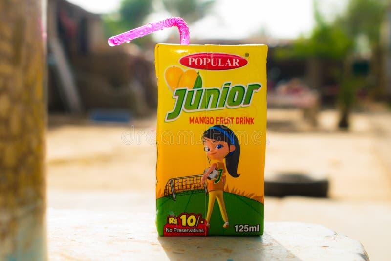 Rahim khan yar, punjab, Paquistão-julho 1,2019: bloco júnior do suco de fruta da manga com fundo borrado foto de stock royalty free