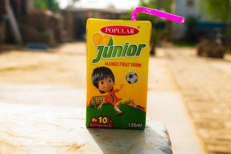 Rahim yar khan, punjab, Pakistan-juli 1,2019: yngre packe för mangofruktdrink royaltyfri bild