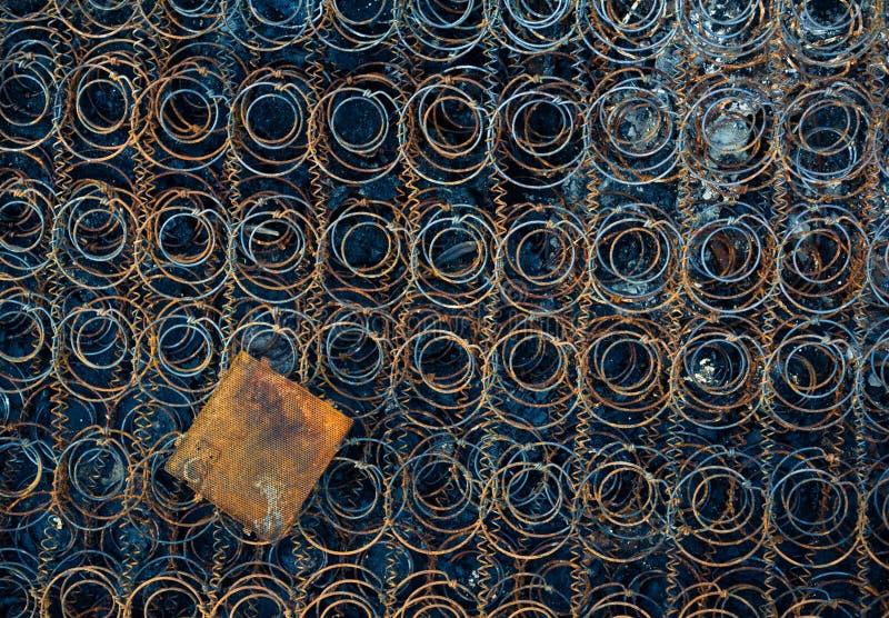 Rahmen der alten und verlassenen Matratze stockbild