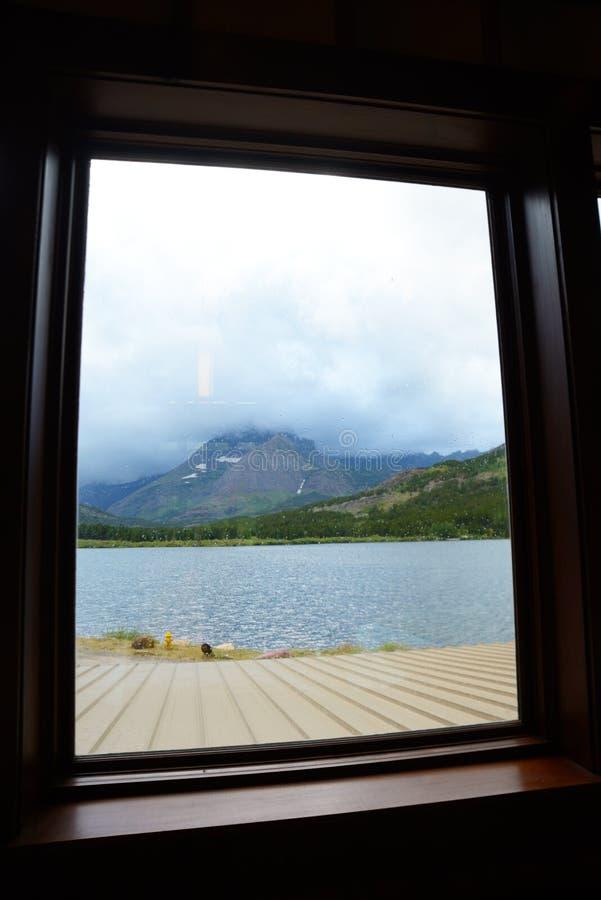 Rahmen eines Fensters ein klarer blauer See im Glacier Nationalpark stockfotos