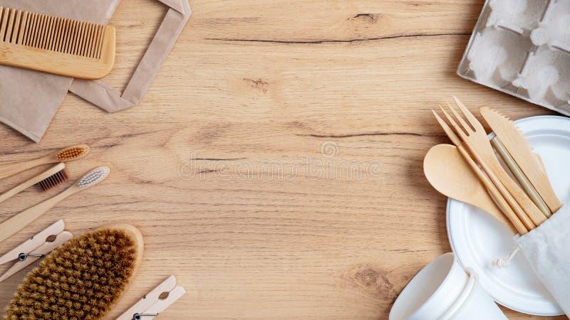 Rahmen für ökologisch-natürliche Holzbesteck, Bambuszahnbürsten, Haarkämme, Pins, biologisch abbaubare Tasse und Teller, Eierscha stockfotos